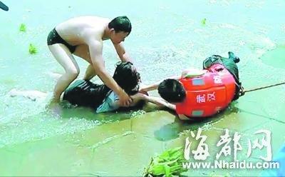女子持刀片威胁跳江 消防员扑水中救人受伤