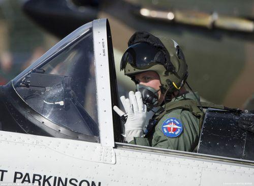 威廉王子视察英国皇家空军 亲自试驾战机(图)