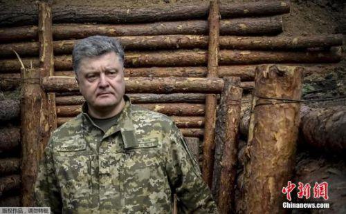 """乌克兰总统签署新军事学说 称俄为""""现实军事威胁"""""""