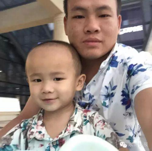 陈龙平和小镜安的父子合影