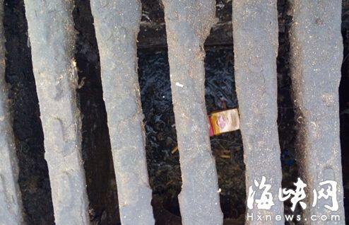大排档乱倒垃圾、油污现象何时休? 鳌峰大桥附近居民很无奈