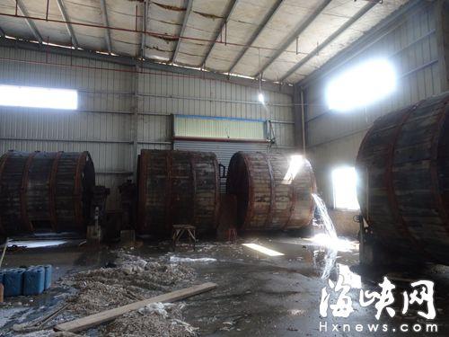 南平一工厂排污超标 车间强酸废水溅起灼伤人腿