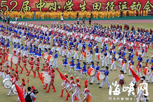 1500名学生组成鼓号队方阵表演图片