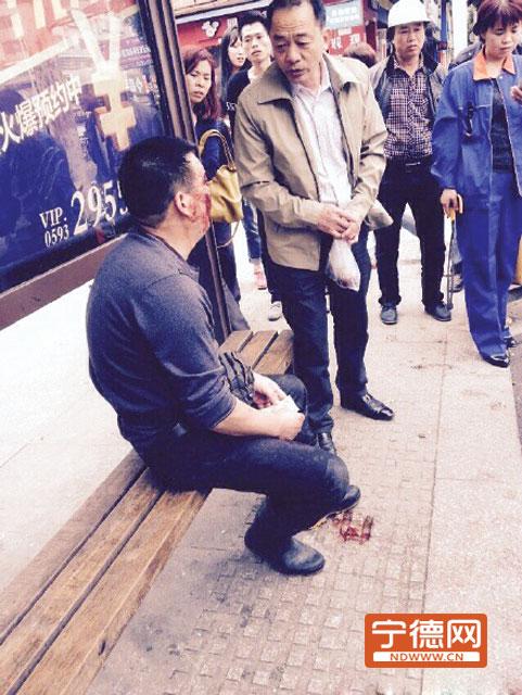 老汉晕倒公交站获好心大叔救助 网友发微博点赞