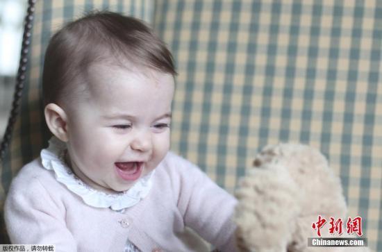 英王室公开夏洛特公主萌照 脸型像哥哥乔治