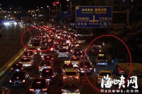 图中左边红圈的小车违规变道造成后面车辆拥堵,右边红圈为行驶到非机动车道的小车