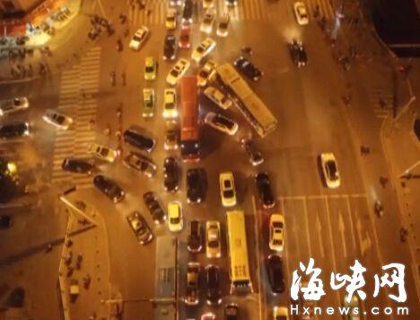 """随意加塞变道,造成的就是路口堵成""""一锅粥"""""""