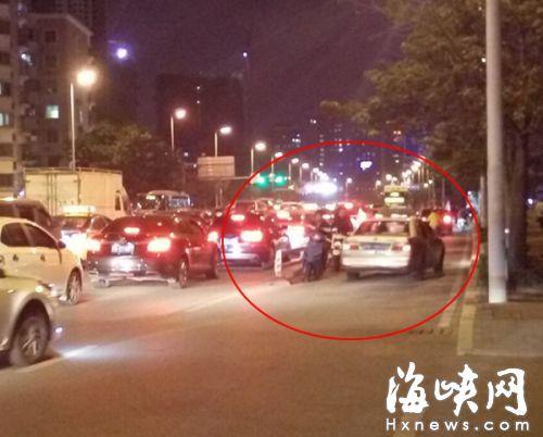 红圈处为驶入非机动车道的小车,两架电动车惊险的从其旁边骑过