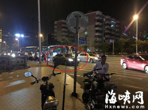 红圈处为违停在非机动车道上等候红绿灯的小车