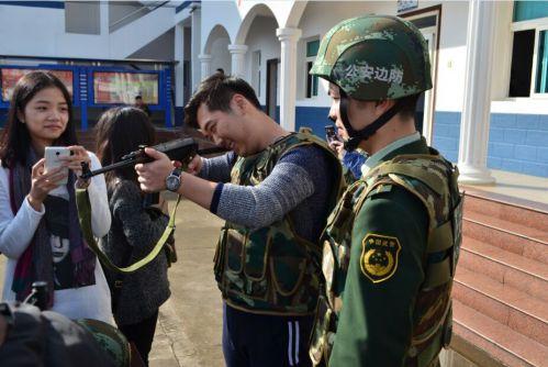 翔安琼头边防派出所民警向群众传授安全经