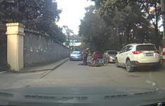 路边一小车突然开门 女骑手路过被撞翻滚地
