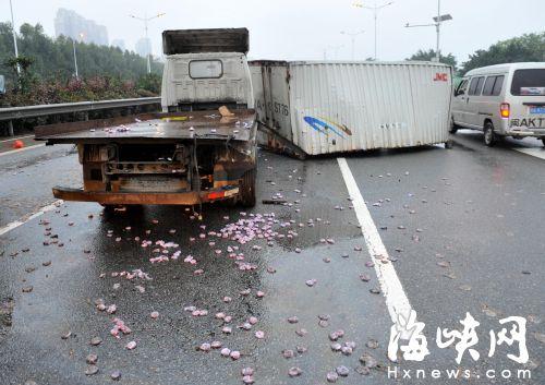 福州三环上车厢飞出 百斤橄榄散落地面被捡走