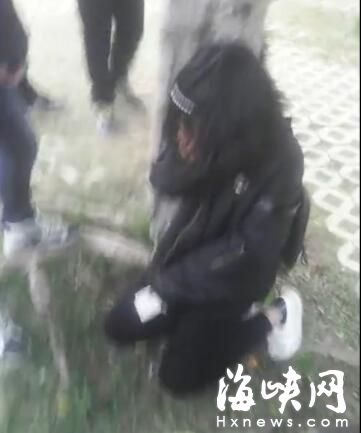 黑衣女生被迫下跪道歉(视频截图)