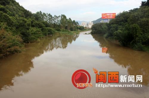 龙岩龙津河河段污染严重 垃圾堆积臭味难闻