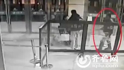 红圈中为嫌疑人,手拿匕首突然刺向前面的小伙子。