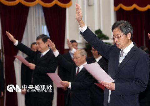 """台当局新""""内阁""""宣誓就职 马英九称不能消极无为"""