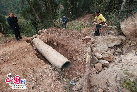 村妇先后3次挖断道路 疑因村里承诺未兑现(图)