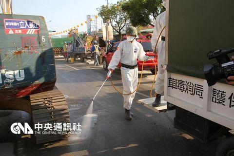 台南震灾搜救结束台军化学兵大规模消毒(图)