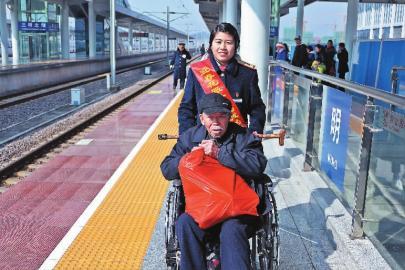 三明动车北站迎来客流高峰 工作人员热忱为旅客服务