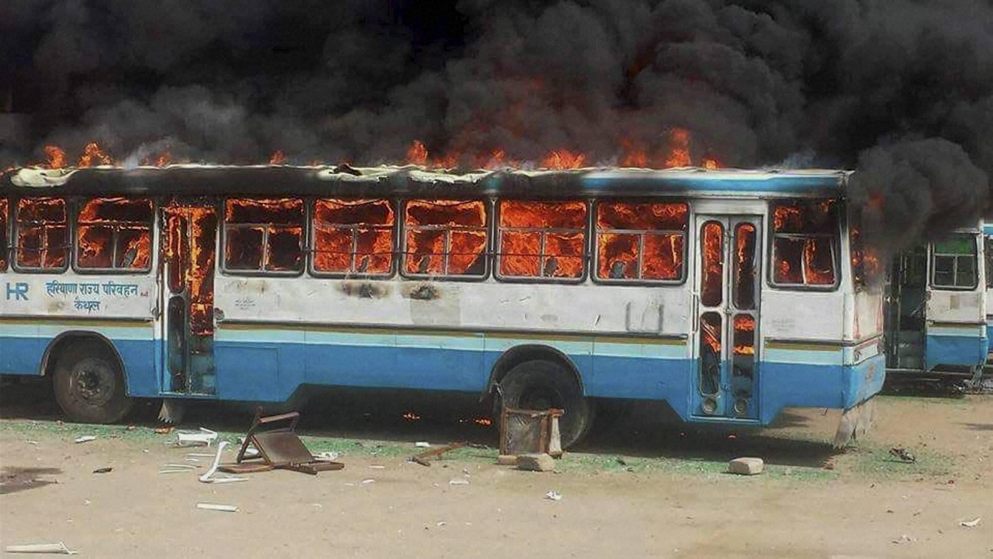 印度北部哈里亚纳邦高种姓贾特人示威要求获得类似低种姓人的福利配额,演变为暴力骚乱。图为示威者焚烧的车辆。
