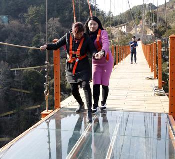 全省首条悬空玻璃天桥将竣工 距福州2小时车程