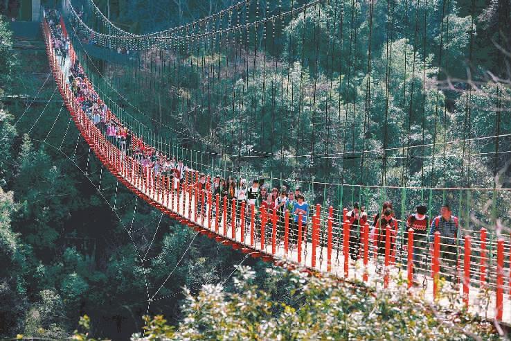 """尤溪""""侠天下""""景区玻璃桥 周末接待游客1万多人"""