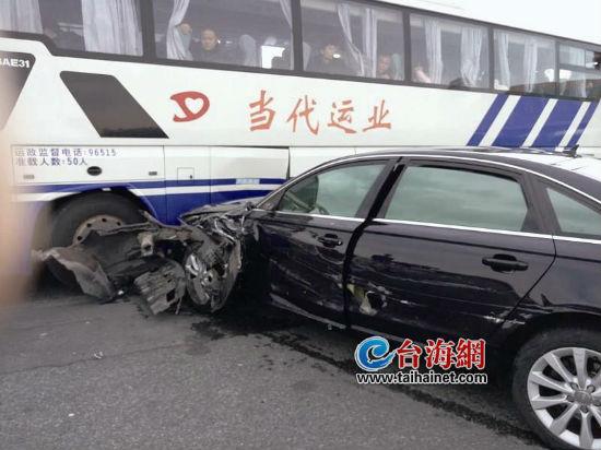 漳州高速北出口 别克撞奥迪车致弹开十几米远