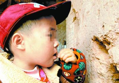 男童吃泥上瘾吃穿一堵老墙