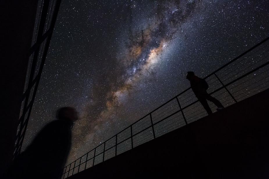 在智利沙漠的深处,欧洲南方天文台的天文学家,见证了壮观的银河景象。(ESO/Luis Calcada/Herbert Zodet)