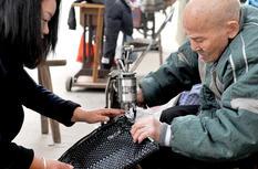 福州95岁老匠人 摆摊修鞋80载