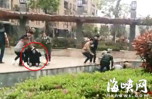 画圈处为被打女记者(视频截图)