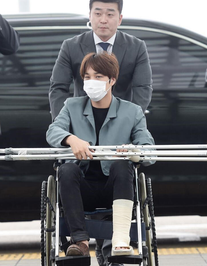 EXO成员KAI与郑秀晶公开恋情后首度现身