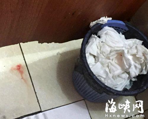 西门公交站附近的公厕,纸篓已经塞满