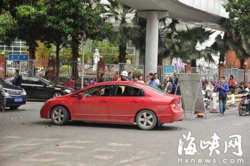 协和医院周边,交警将一辆准备逆行的车辆拦停
