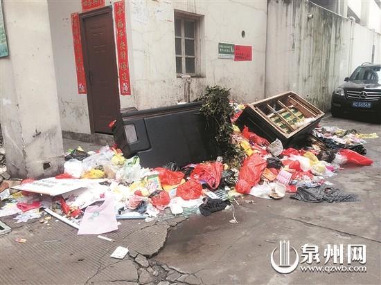 泉州宝城华苑小区:垃圾堆积一周无人理会
