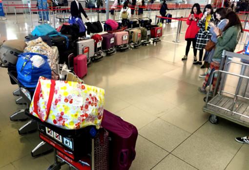 2016年3月1日,几名女孩在机场将满载的行李箱排起长队拍照留念。CFP