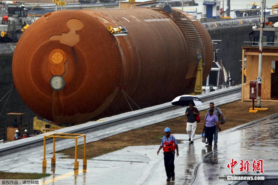 NASA巨型航天飞机外贮箱通过巴拿马运河(组图)