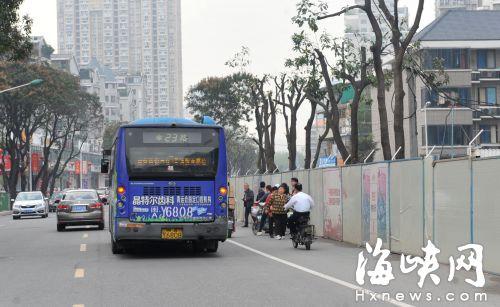 公交站被撤,市民只能站在围挡边候车,非常危险
