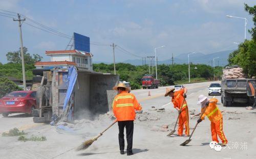 漳州324国道腊山村段货车侧翻 近500袋水泥撒落