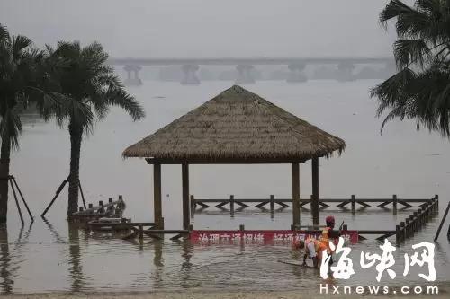 洪水淹了闽江边沙滩公园亭子和休闲道