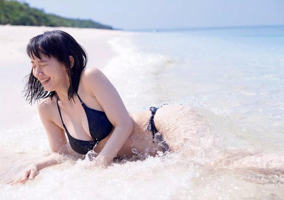 夏日风情!日本90后清纯女星穿比基尼海边嬉水