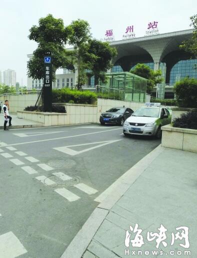 擋車牌掀后備箱 福州火車站出租車竟如此候客