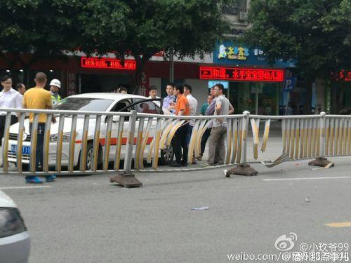 突发!福州洪山桥头保时捷撞上护栏 伤亡不明
