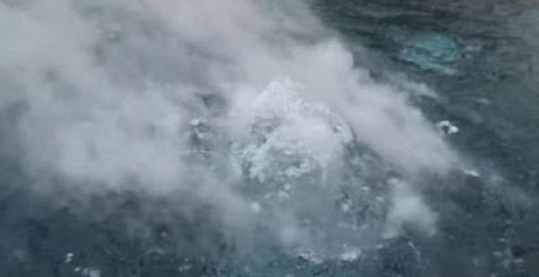 """俄青年用干冰制造""""水下火山"""" 场面壮观"""