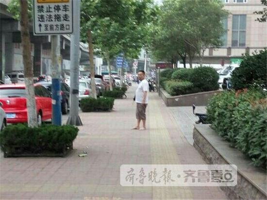 中年男子当街撒钱 还跑到公交站乱摸女性(图)