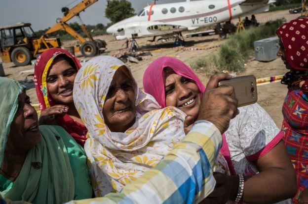 印度一坠毁飞机残骸成热门景点 每天数百人合