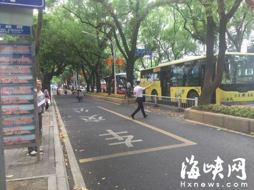 公交车不进站停靠,乘客飞奔过去。