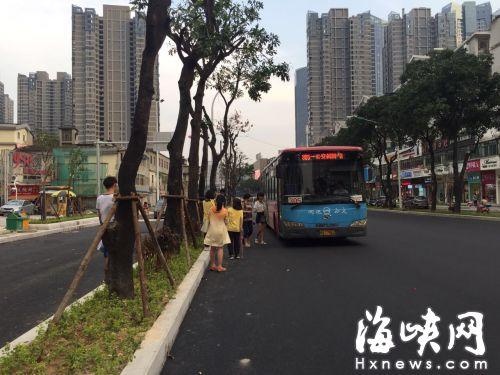 没有站牌,乘客路上拦公交车。