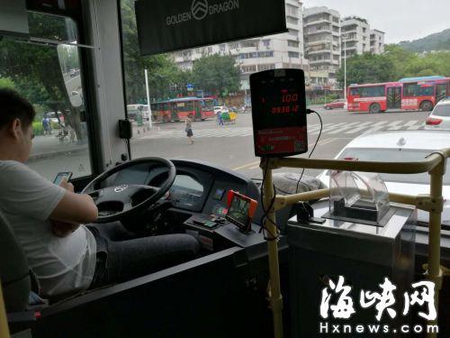 司机行驶中玩手机。