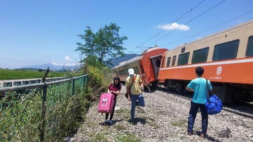 台列车花莲出轨幸无人受伤台铁紧急应变(图)
